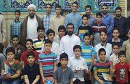 عکس یادگاری نوجوانان با امام جماعت مسجد سادات اخوی پایان دوره زمستان 98